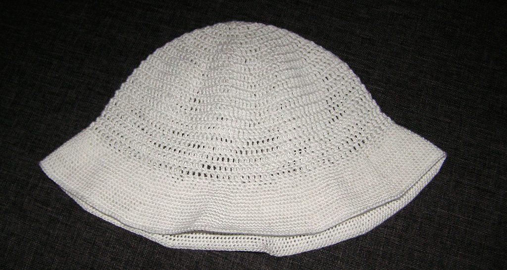 mały biały kapelusz